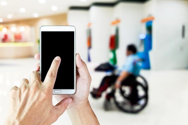 Immagini sfocate di persone disabili che vendono biglietti della lotteria