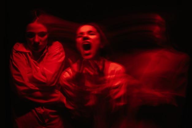 Ritratto sfocato di una ragazza psicopatica con disturbi paranoici mentali