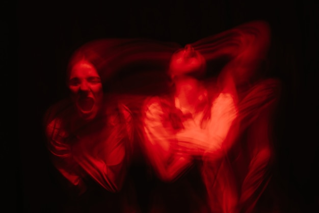 Ritratto sfocato di una ragazza psicopatica con disturbi mentali schizofrenici