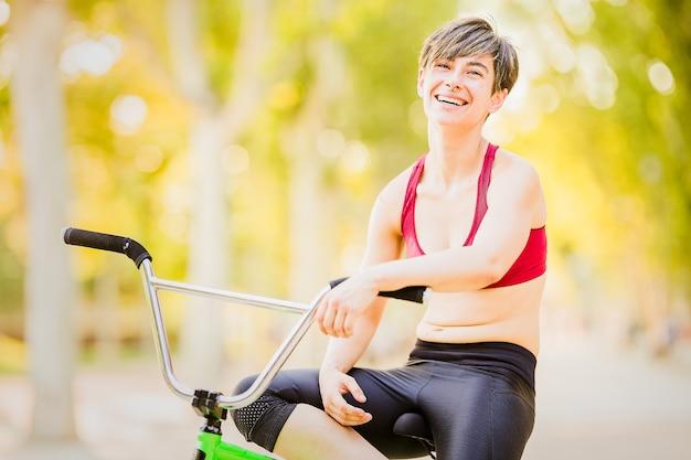 Bmx vero sport estremo giovane donna ispanica fitness avventura femminile salute stile di vita motivazione bic...