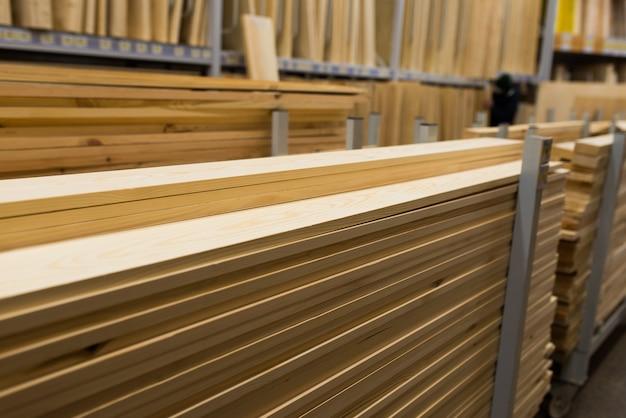 Parti tagliate in truciolare, laminato, compensato, legno in magazzino