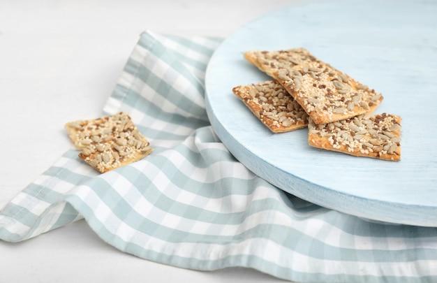 Tavola con biscotti ai cereali sul tavolo