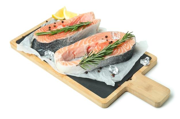 Bordo con salmone crudo fresco isolato su bianco