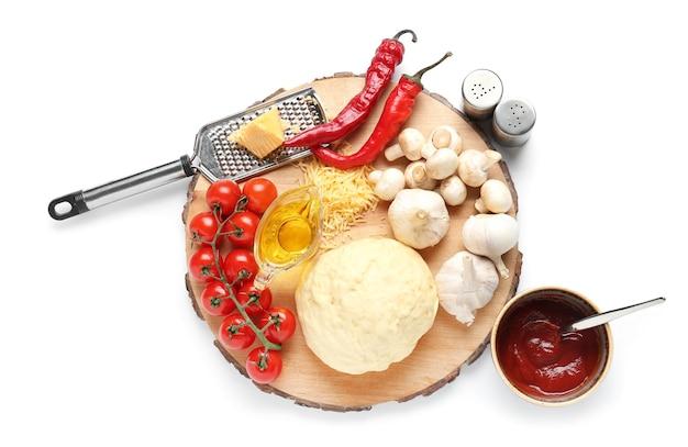 Pensione con ingredienti per pizza su superficie bianca