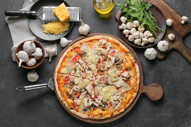 Pensione con gustosa pizza su sfondo scuro