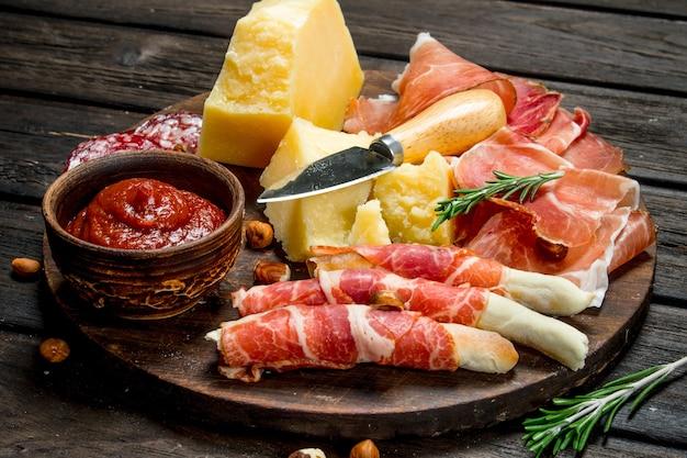 Pensione con spuntini italiani tradizionali su un tavolo rustico.