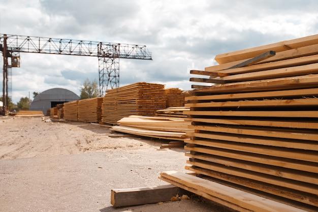Tavole sul magazzino del mulino per legname all'aperto, nessuno