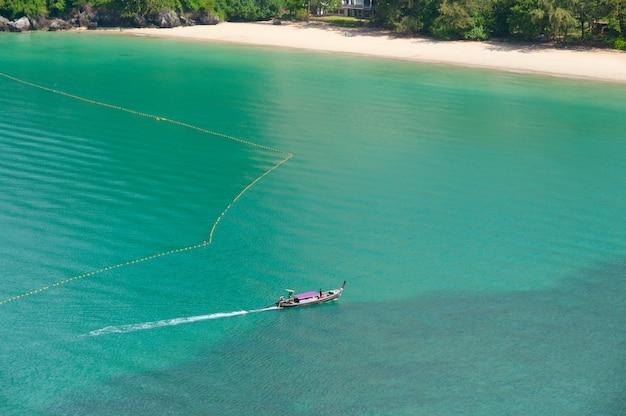 Una barca porta il turista a una riva