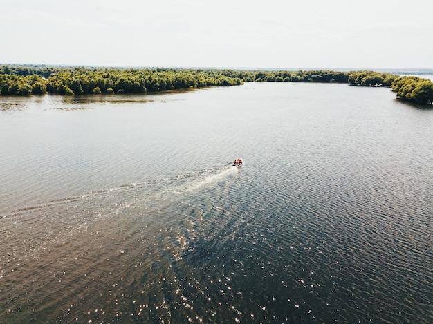Una barca che galleggia nel mezzo del fiume