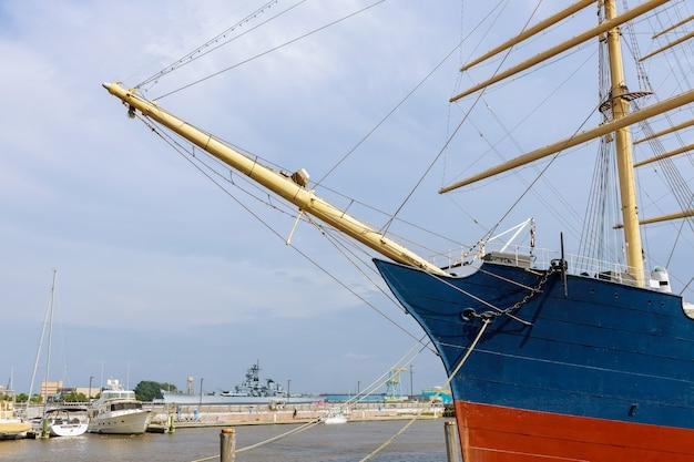 Barca nel porto dell'albero maestro del porto in riva al mare pa usa