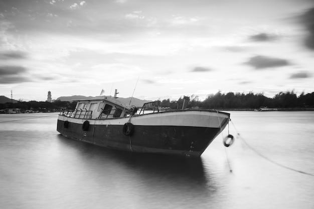 La barca è parcheggiata sul bordo del bacino idrico di keuliling aceh indonesia