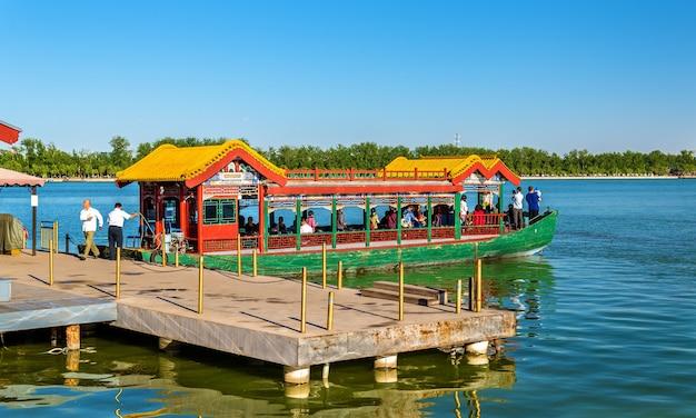 Barca sul lago kunming presso il palazzo d'estate a pechino