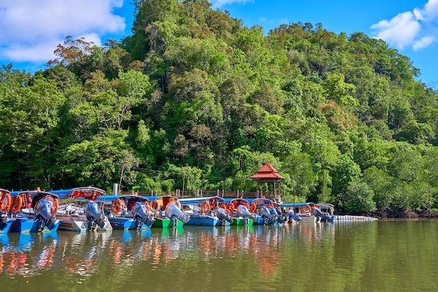 Pilastro del fiume della barca sull'isola tropicale di langkawi.