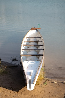 Una barca per remare sulla riva in una giornata estiva