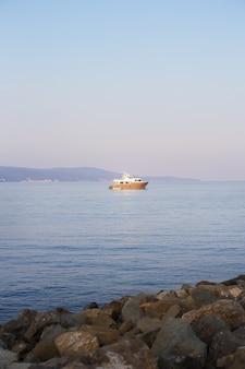 Barca in mare con cielo nebbioso