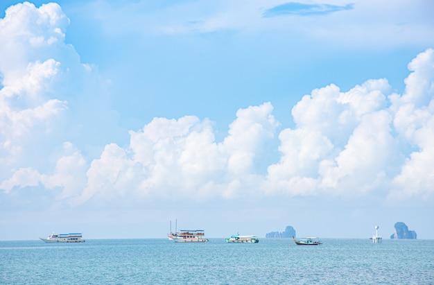 Gite in barca sullo sfondo del mare isola e nuvole nel cielo di krabi in thailandia.