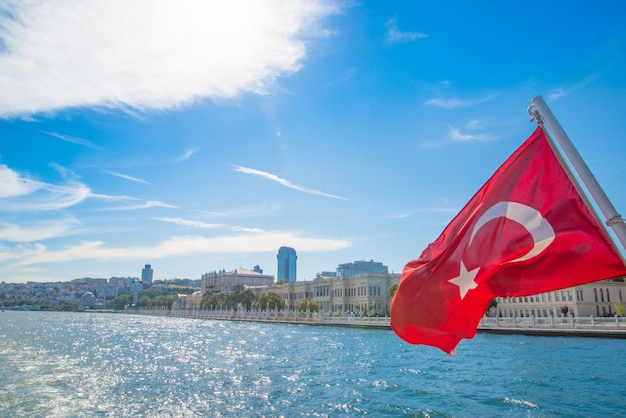 Una gita in barca sul bosforo, viaggio turistico in turchia. istanbul, la capitale della turchia