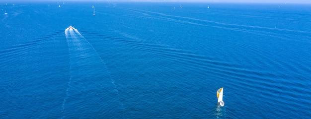 Barca sulla vista del drone sulla superficie dell'acqua.