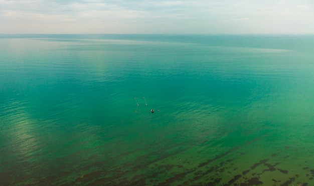Barca con pescatori pescatori in barca controllare le reti trasporto acqua e tempo libero estivo