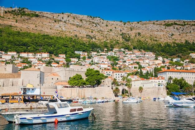 Barche al porto del porto vecchio di dubrovnik, croazia