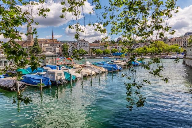 Barche sul lago in città.