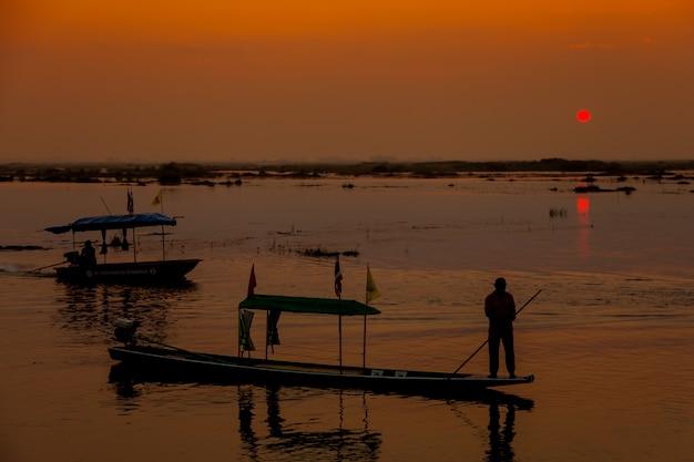Barche nel lago al tramonto. Foto Premium