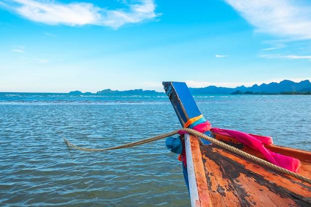 Barche parcheggiate vicino al mare e al bel cielo