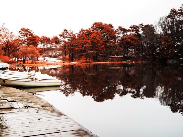 Le barche parcheggiate al molo nel lago, fukushima, in giappone