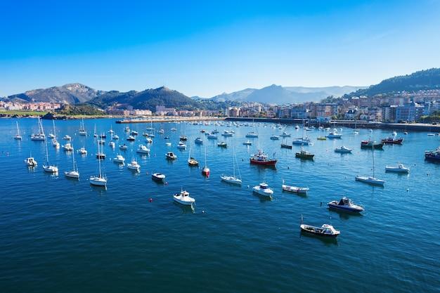 Barche al porto di castro urdiales. castro urdiales è una piccola città nella regione della cantabria, nel nord della spagna.