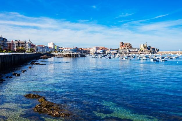 Barche nel porto di castro urdiales, nella chiesa di santa maria e nel faro del castello di santa ana nella regione della cantabria, nel nord della spagna.