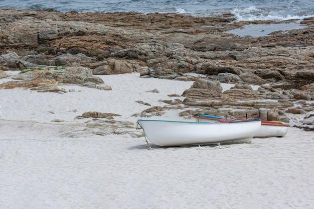 Barche sulla sabbia della costa solitaria