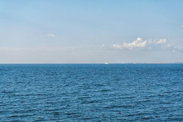 Barche e onde nel mare, calda estate della crimea