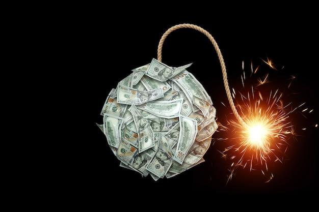 Bobma con uno stoppino in fiamme dalle banconote su uno sfondo nero. il concetto di crisi finanziaria