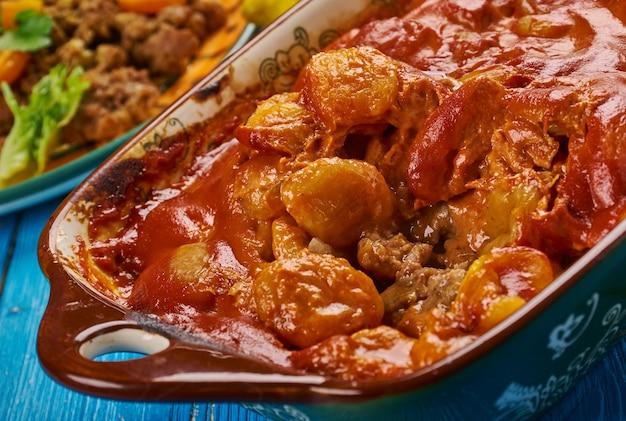 Bobotie, cucina sudafricana, piatti tradizionali assortiti, piatto sudafricano composto da carne macinata speziata al forno