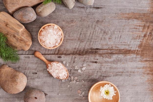 Prodotti cosmetici alla camomilla per la cura del corpo sullo sfondo della scrivania in legno