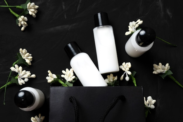 Cosmetici per la cura del corpo in vasetti regalo su uno sfondo scuro. venerdì nero