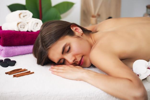 Cura del corpo. spa massaggio corpo donne europee mani trattamento. donna che ha massaggio nella spa.