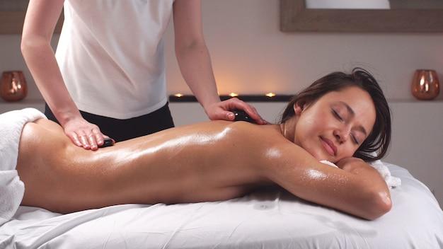 Massaggio corpo nel salone benessere. cura della pelle, benessere, trattamenti di bellezza