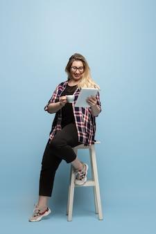 Personaggio femminile positivo per il corpo. donna d'affari taglie forti