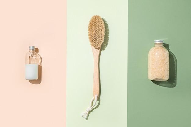 Trattamento corpo e composizione spa distesi piatti con prodotti di bellezza naturali sale da bagno siero pennello per bottiglie per massaggio anticellulite secco contagocce pipetta cosmetica oleosa