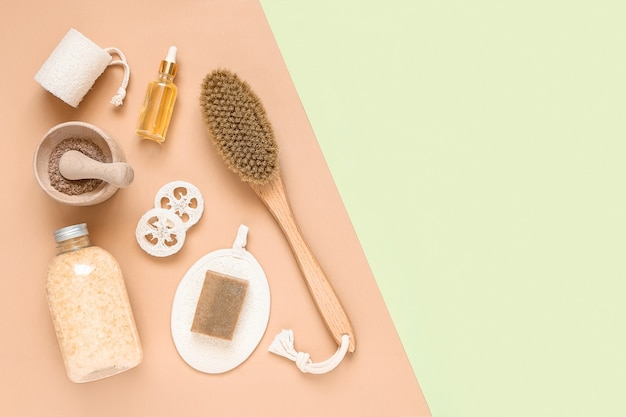 Trattamento corpo e composizione spa distesi piatti con prodotti di bellezza naturali eco crema siero cura della pelle spazzola per bottiglie vuota per massaggio anticellulite secco contagocce vetro pipetta cosmetica oleosa