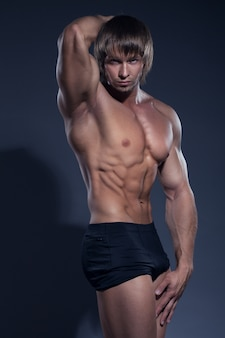 Uomo culturista con un corpo definito