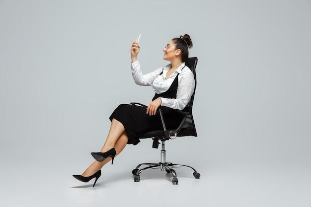 Personaggio femminile bodypositive, donna d'affari taglie forti