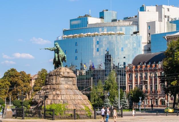 Il monumento di bogdan khmelnitsky in piazza sofiyska a kiev, ucraina