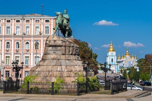Il monumento di bogdan khmelnitsky al monastero di san michele a kiev, ucraina