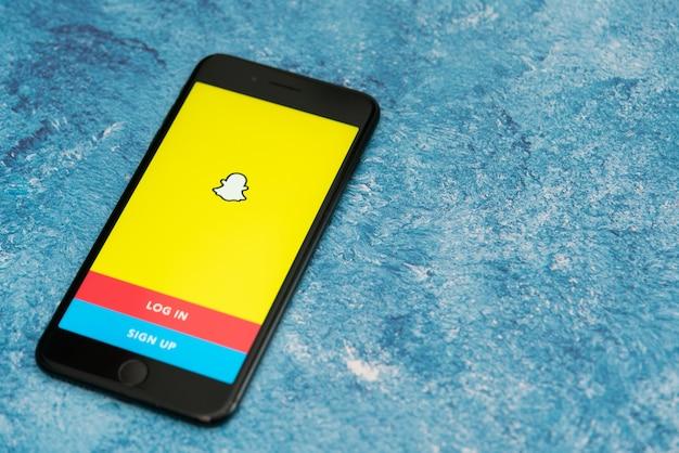 Bogotà, colombia, settembre 2019, logo snapchat sul telefono con il logo in basso, app snapchat.