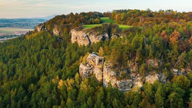 Paradiso boemo. gruppo di formazione rocciosa dell'arenaria in cesky raj al tramonto