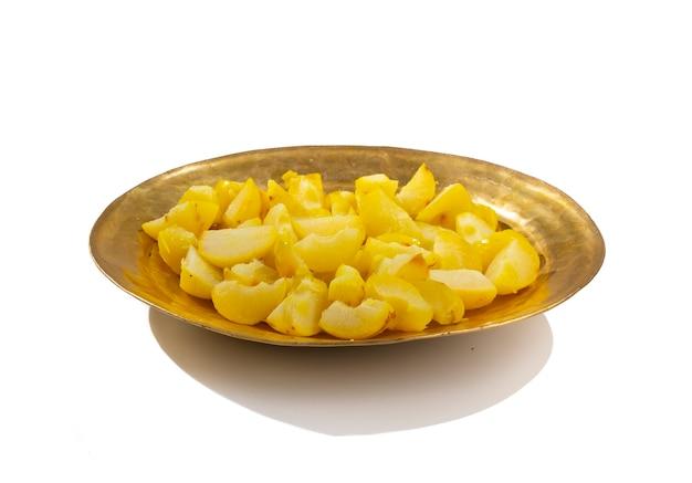 Bollire uva spina o salato amla su sfondo bianco
