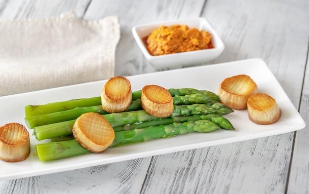 Asparagi bolliti con salsa romesco e capesante ai funghi di ostrica