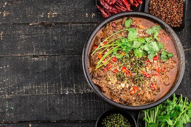 Manzo bollito con cucina cinese del sichuan